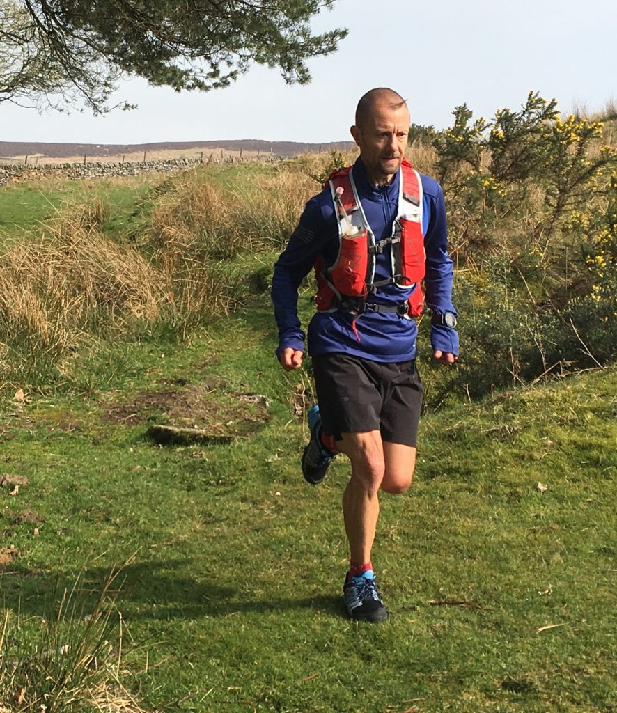 photo of runner testing the Osprey Duro 15 pack